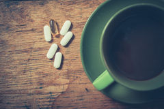 咖啡和药片 免版税库存图片