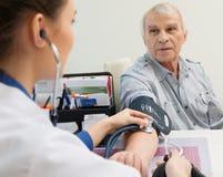 老人测量的血液 免版税库存图片