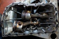 Раскройте двигатель автомобиля с цилиндрами поршенем и штангой Стоковое фото RF