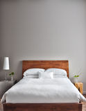 美丽的干净和现代卧室 免版税库存照片