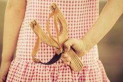 Ребенк держа рогатку Стоковое Изображение