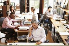 繁忙的建筑师事务所内部有职员工作的 图库摄影