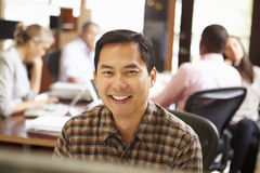 Бизнесмен работая на столе с встречей в предпосылке Стоковое фото RF
