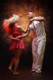 年轻夫妇跳舞加勒比辣调味汁 免版税库存图片