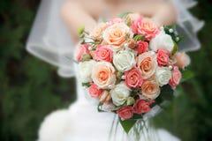 从鲜花的婚礼花束 免版税库存照片