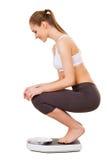 Женщина проверяя ее вес. Стоковые Изображения RF