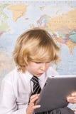 努力工作在个人计算机片剂的男生 免版税库存照片
