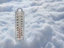 在雪的冰冷的温度计 免版税库存图片