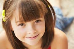 快乐的女孩画象  免版税库存图片