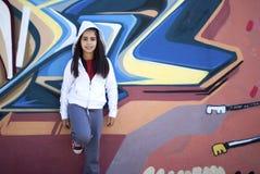 女孩对街道画墙壁 免版税库存图片