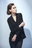 Женщина моды в черном костюме Стоковые Изображения