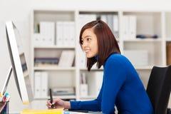 时髦的年轻亚裔女实业家 免版税库存照片
