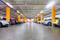 停车库,地下与一些辆停放的汽车的内部 库存照片