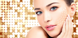 有干净的新鲜的皮肤的年轻女性 免版税库存照片
