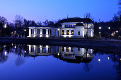 赌博娱乐场反射在湖水中 免版税库存图片