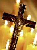 耶稣受难象和教会蜡烛 库存图片