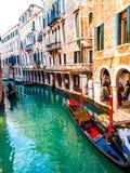 威尼斯平底船的船夫和长平底船 免版税库存图片