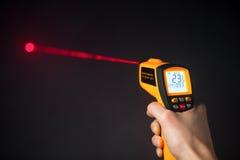 红外激光温度计在手中 免版税图库摄影