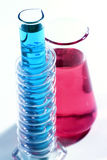 与五颜六色的化学制品的实验室玻璃器皿 免版税库存图片