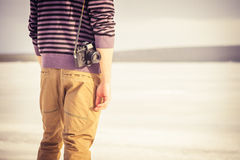 Νεαρός άνδρας με την αναδρομική κάμερα φωτογραφιών υπαίθρια Στοκ εικόνα με δικαίωμα ελεύθερης χρήσης