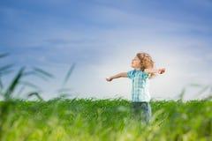 Ευτυχές παιδί με τα αυξημένα όπλα Στοκ εικόνα με δικαίωμα ελεύθερης χρήσης