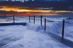 海洋在日出的岩石水池 库存图片