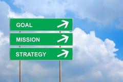 Αποστολή και στρατηγική στόχου στο πράσινο οδικό σημάδι Στοκ φωτογραφία με δικαίωμα ελεύθερης χρήσης