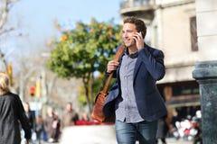 在巧妙的电话,巴塞罗那的年轻都市商人 库存照片
