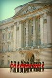 白金汉宫和女王的卫兵 免版税库存照片