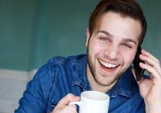 谈话在电话用咖啡 免版税库存照片