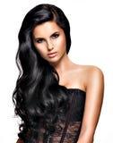 有长的黑发的美丽的深色的妇女 免版税图库摄影