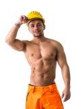 肌肉年轻建筑工人赤裸上身微笑 图库摄影