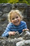 愉快的微笑的女孩 免版税库存照片