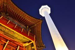 釜山塔在晚上在釜山市,韩国 免版税库存照片