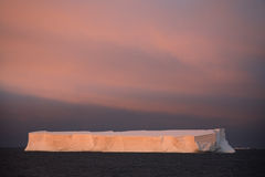 表冰山在南极洲-白夜 免版税库存照片