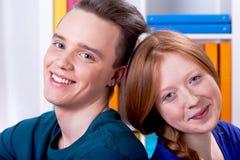 两青年人微笑 免版税库存图片