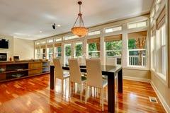 在宽敞客厅布置的典雅的餐桌 库存图片