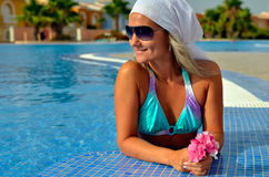 放松在水池的少妇 免版税库存图片