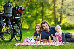 年轻有父亲和他的女儿野餐 免版税图库摄影