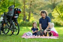 年轻有父亲和他的女儿野餐 免版税库存照片
