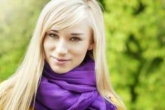 美丽的白肤金发的妇女室外春天画象 免版税图库摄影