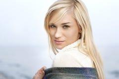 美丽的年轻白肤金发的妇女-室外画象 免版税库存图片