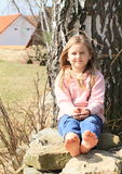 在墙壁上的赤足女孩 免版税库存图片