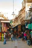 与游人的跳蚤市场在雅典,希腊 免版税库存照片
