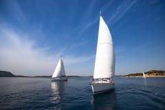 乘快艇在希腊 航行 豪华 自然 免版税库存照片
