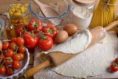 Ζύμη και συστατικά πιτσών Στοκ εικόνα με δικαίωμα ελεύθερης χρήσης