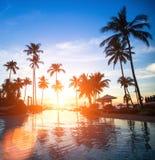 在海滩豪华旅游胜地的日落在热带 旅行 免版税图库摄影