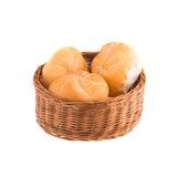 在白色背景中隔绝的一个柳条筐的小圆面包 果子 免版税库存图片
