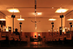 在祷告大厅里面的未认出的人就座 免版税库存图片