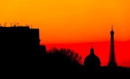 与艾菲尔铁塔的风格化巴黎地平线 在五颜六色的剪影 免版税库存照片